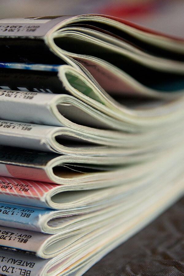 Fotografia de uma pilha de revistas