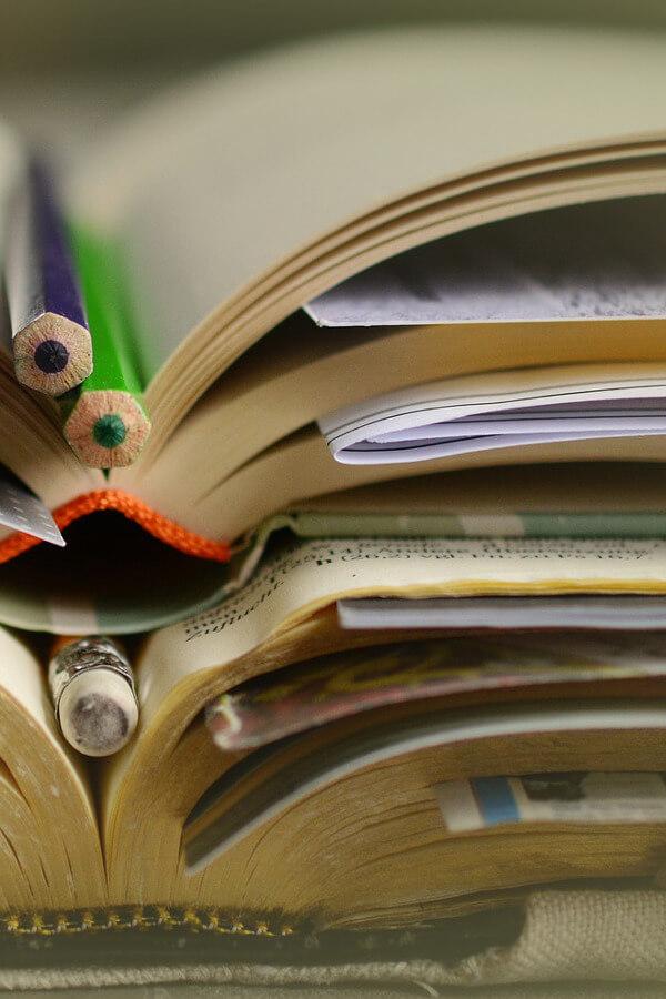 Fotografia de uma pilha de livros abertos