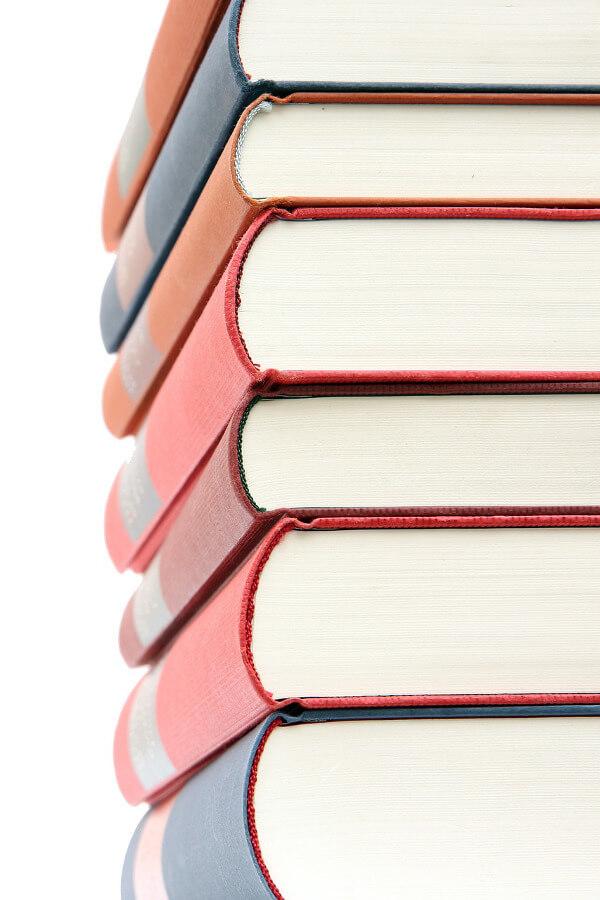 Fotografia de uma pilha de livros