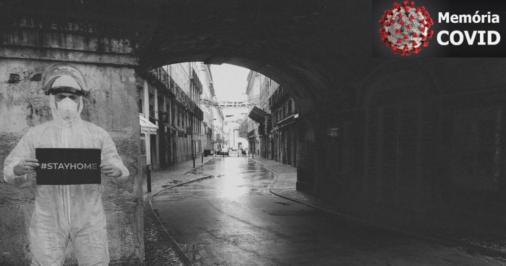 Fotografia do Cais do Sodré, em Lisboa, vazio, com um mural que diz Stay Home