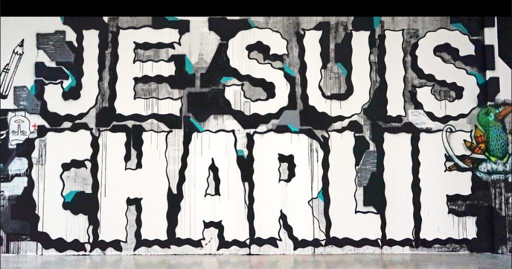"""Fotografia do mural """"Je suis Charlie"""" no Palais de Tokyo, em Paris"""